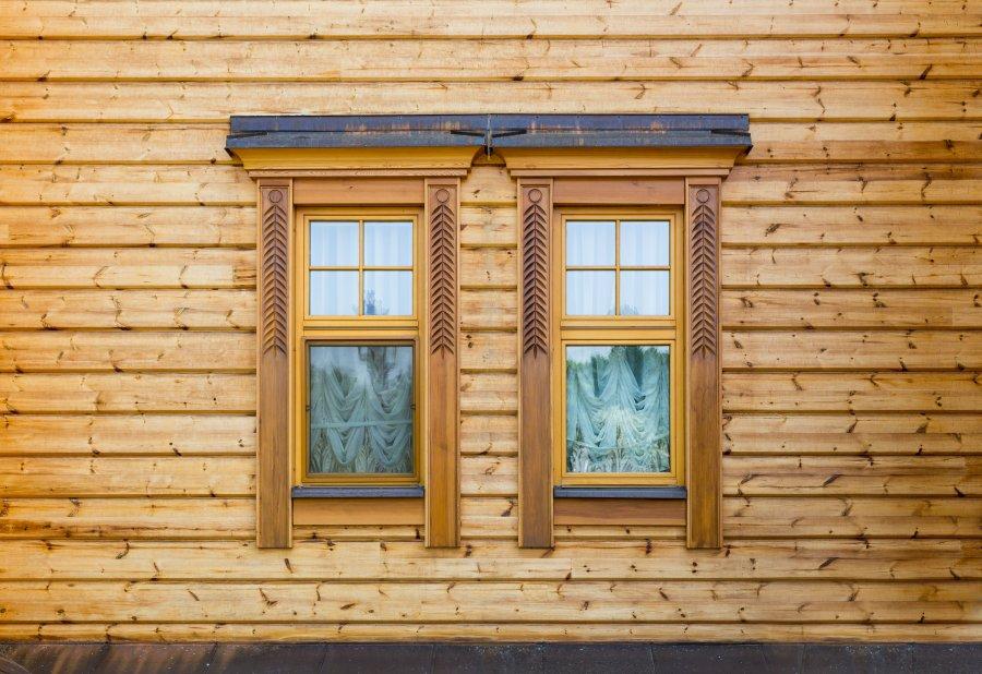 okno drewnianego domu